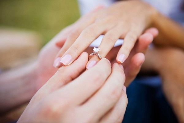 Nhẫn cầu hôn là gì? Những điều cần biết khi lựa chọn nhẫn cầu hôn